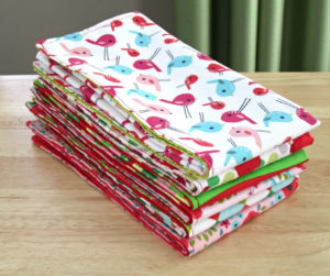 Handmade Cloth Napkins | Step by step tutorials on how to make double-sided cloth napkins for fat quarters project, perfect for DIY table decor on holiday season and fun homemade Christmas gift or any special occasion.